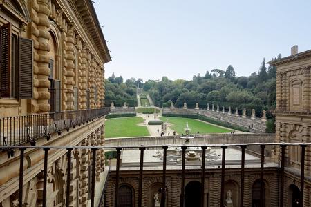 ピッティ宮殿パラティーナ美術館からボーボリ庭園.JPG